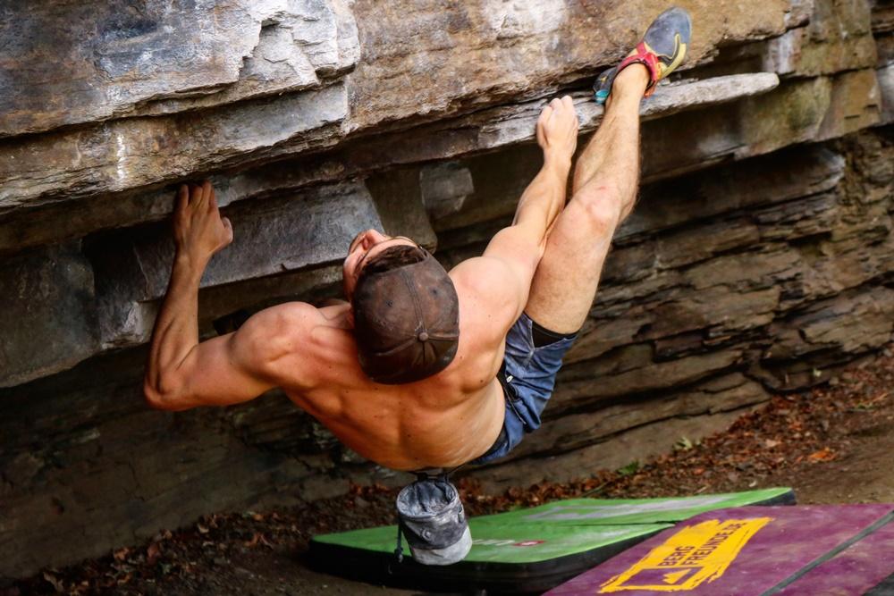 marius bouldern draußen, stark, kletterhände, feste handcreme flossen-fett